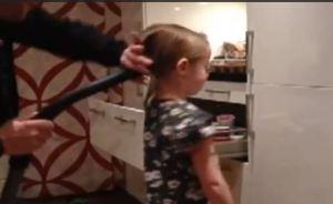 Papá genial le hace una cola de caballo a su hija en 5 segundos (VIDEO)