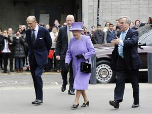 La reina Isabel II visita un Centro de Investigación Médica en Londres (Fotos)