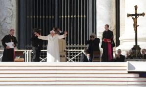 Católicos cubanos despiden a Benedicto XVI en Catedral de La Habana