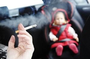 Gobierno británico estudia prohibir fumar en carros con niños