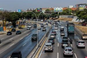 Tiroteo en la autopista Francisco Fajardo que dejó a una mujer tendida en el suelo (Videos)