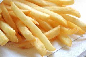 """Empleado de McDonald's reveló cómo sirven las papas fritas a los """"clientes maleducados"""""""