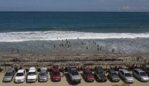 AP: Tras 7 meses, miles de venezolanos regresaron a las playas en la flexibilización