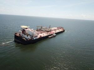 Barco de Pdvsa se acerca al Nabarima para descargar su crudo en una peligrosa transferencia