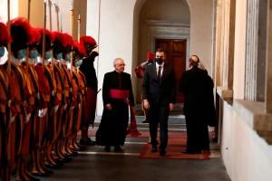 Pedro Sánchez abandona el Vaticano tras reunirse con el papa Francisco