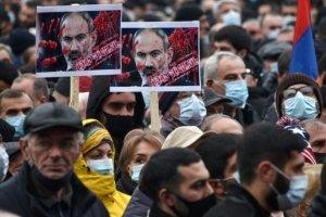 Miles de manifestantes protestan contra el gobierno en capital armenia