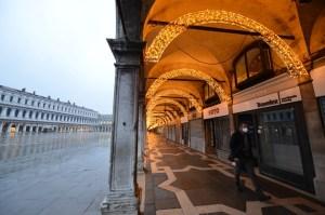 Luces de Navidad en una Venecia abandonada por el turismo debido a la pandemia