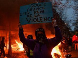 """Incidentes en París en manifestación """"por los derechos sociales y la libertad"""""""