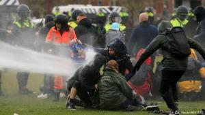 """Gobierno holandés asegura que no cederá ante la """"escoria"""" que instiga protestas por toque de queda"""