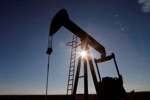 Petróleo comienza semana en ligera alza