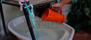 Larenses almacenan agua en envases improvisados debido a los altos costos de los tanques