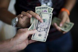Dolarización del salario pasó de 17 a 46%, según Observatorio Venezolano de Finanzas