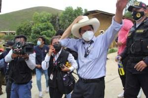 """Candidato de izquierda Pedro Castillo intenta calmar a mercados en Perú """"haciéndole la cruz"""" al chavismo"""