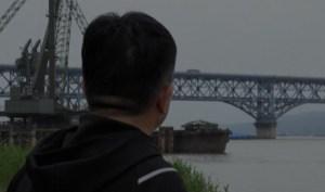 """Chen Si, el ángel de la guarda que vigila el """"puente de los suicidios"""" en China"""