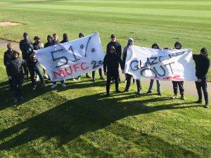 Aficionados del Manchester United invadieron el campo de entrenamiento del equipo (FOTO)