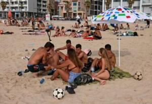 Con clases presenciales y playas llenas, Israel disfruta a pleno su nueva normalidad