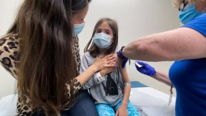 """Pfizer desarrolla vacuna """"ultra pediátrica"""" contra el Covid-19, destinada a bebés y niños"""