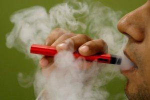Opinan los expertos: ¿El fumador con Covid-19 puede contagiar a otras personas, incluso al aire libre?