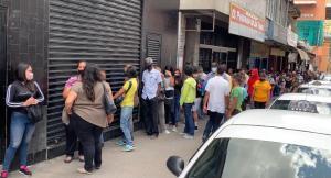 Ocariz denuncia largas colas para retirar bolívares en efectivo en Los Teques
