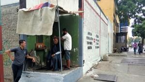 Barberías informales surgen en las aceras de Caracas en plena pandemia (Fotos)