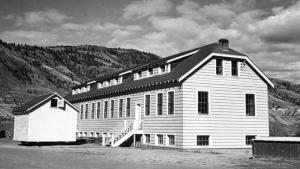 Hallaron restos de 215 niños en una fosa común dentro de una escuela de Canadá