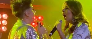 """Las redes """"estallaron"""" con el beso de Kiara y otra cantante venezolana (VIDEO)"""
