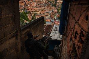 NYT: Con castillos inflables y granadas, las pandillas debilitan el control de Maduro en Caracas