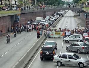 Pensionados y jubilados de Pdvsa trancaron la avenida Libertador este #3Ago (Fotos)