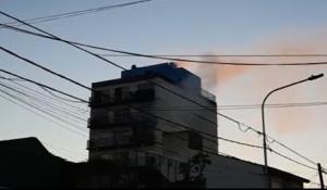 Tres bomberos argentinos perdieron la vida intentando apagar el incendio de un edificio