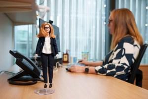 Crean una muñeca Barbie en homenaje a Sarah Gilbert, cocreadora de la vacuna AstraZeneca contra el Covid-19