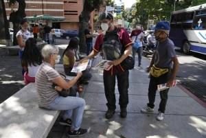 AP: En un autobús o en la calle, periodistas venezolanos intentan llevar noticias a cada rincón