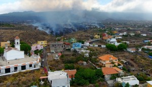 Una de las lenguas de lava del volcán de La Palma se detuvo; la otra avanza hacia el mar