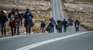 Centenares de venezolanos cruzan de Bolivia a Chile pese a amenazas de deportación