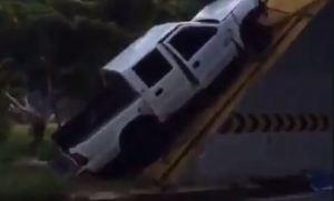 VIDEO: Vehículo quedó inclinado en la boca del túnel Turumo, sentido Caracas – Guarenas