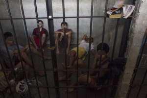 Familiares de detenidos en calabozos apelan a guarapos para combatir la tuberculosis y otras enfermedades