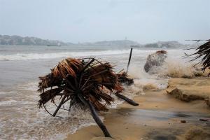 Rick sigue como huracán de categoría uno y avanza por las costas del sur de México