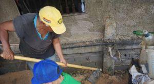 Venezolanas trabajan la tierra para llevar alimentos que no pueden comprar a su hogar